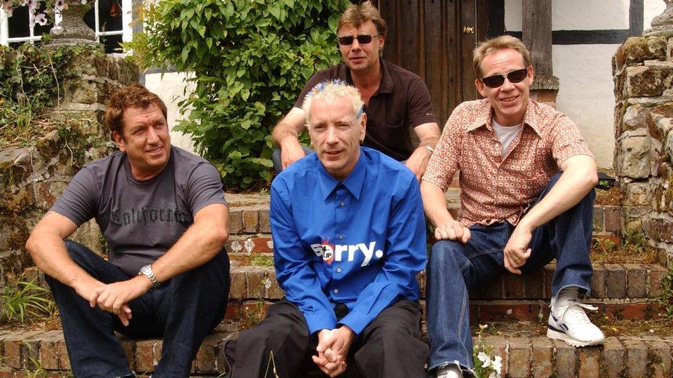 Članovi benda Seks pistols Stiv Džons, Džon Lajdon, Glen Metlok i Pol Kuk 2002. godine
