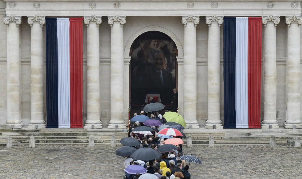 Palata invalida u Parizu, kolona ljudi čeka da oda počast Žaku Širaku