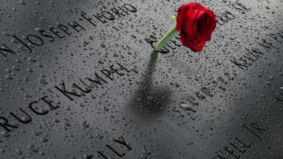 紐約世貿大廈原址附近的紀念碑上有人獻上一支玫瑰