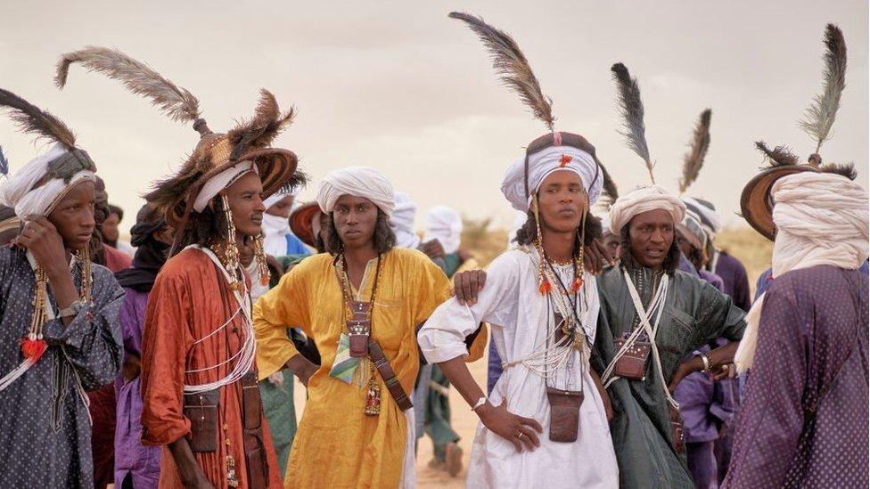 مجموعة من رجال وودابي يستريحون بعد الرقص خلال كيور سالي، في إنغال، شمال النيجر، في 18 سبتمبر/أيلول