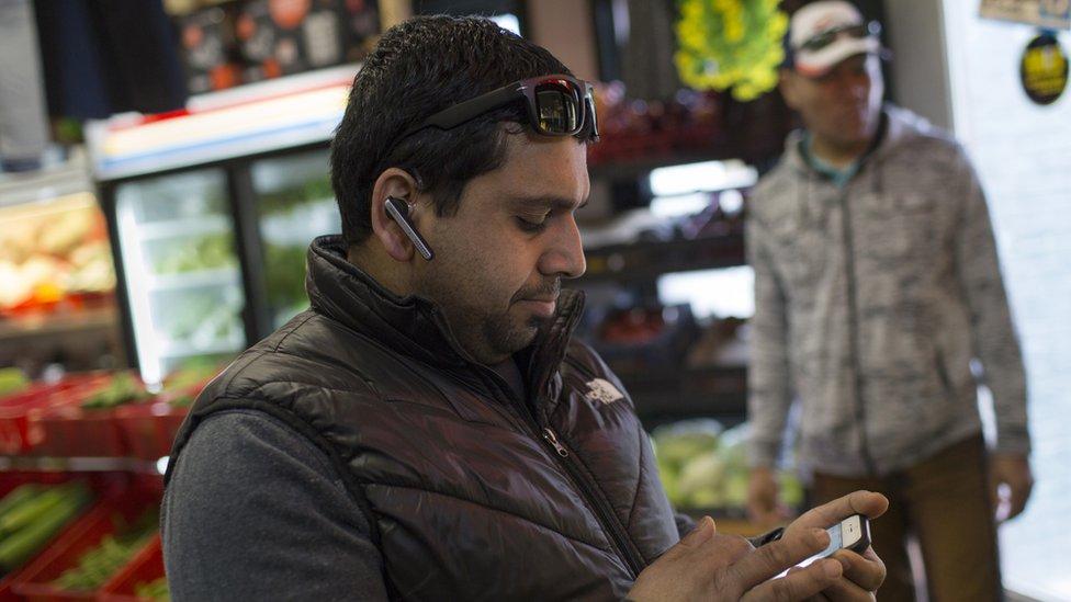 Hombre con celular