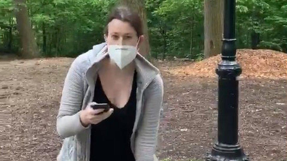 Kristijan Kuper snimio je Ejmi Kuper pošto je odbila da zaustavi psa koji je trčao kroz šumu