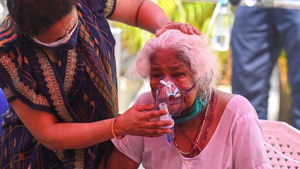 Mujer con respirador en India.