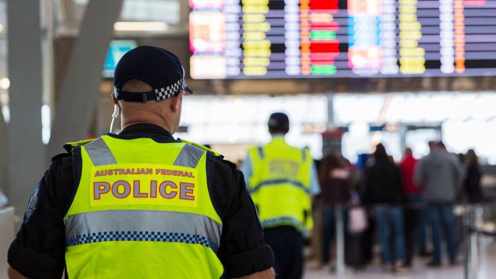 Seorang polisi di bandara di Australia