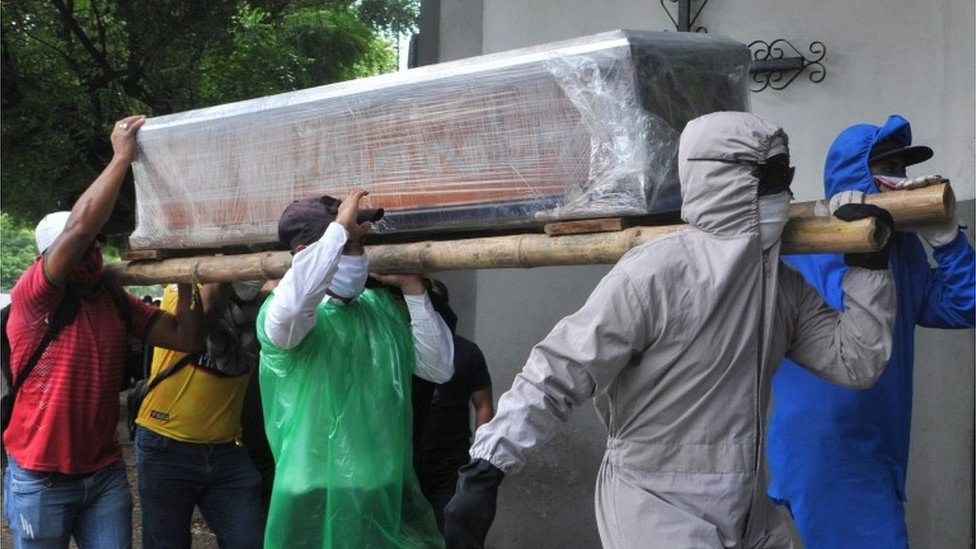 Varios hombres portando un ataúd