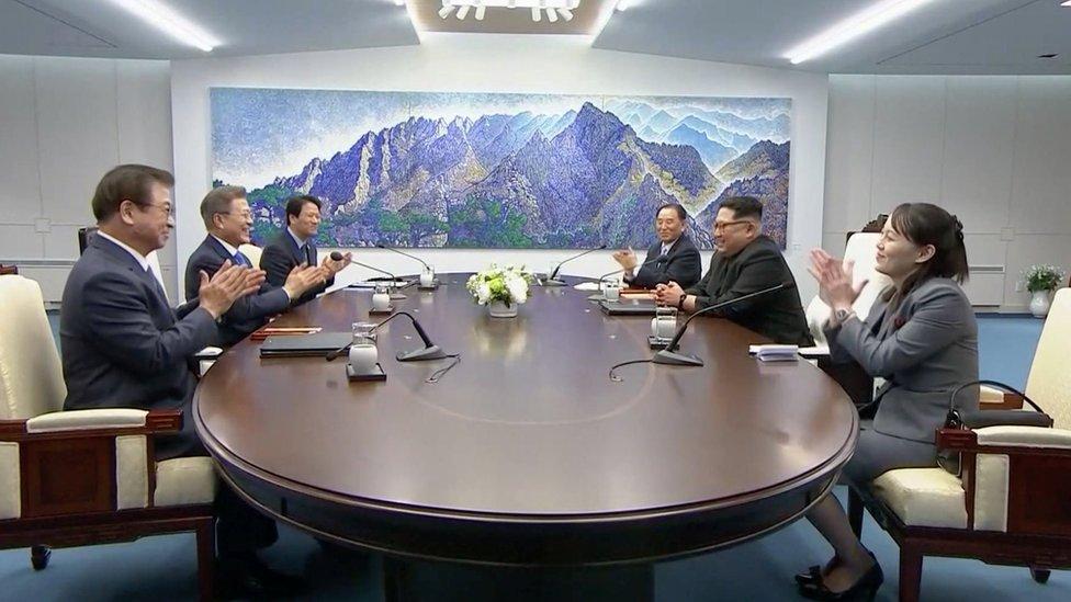 Líderes de ambos países sentados en la mesa oval en el marco de la cumbre binacional.