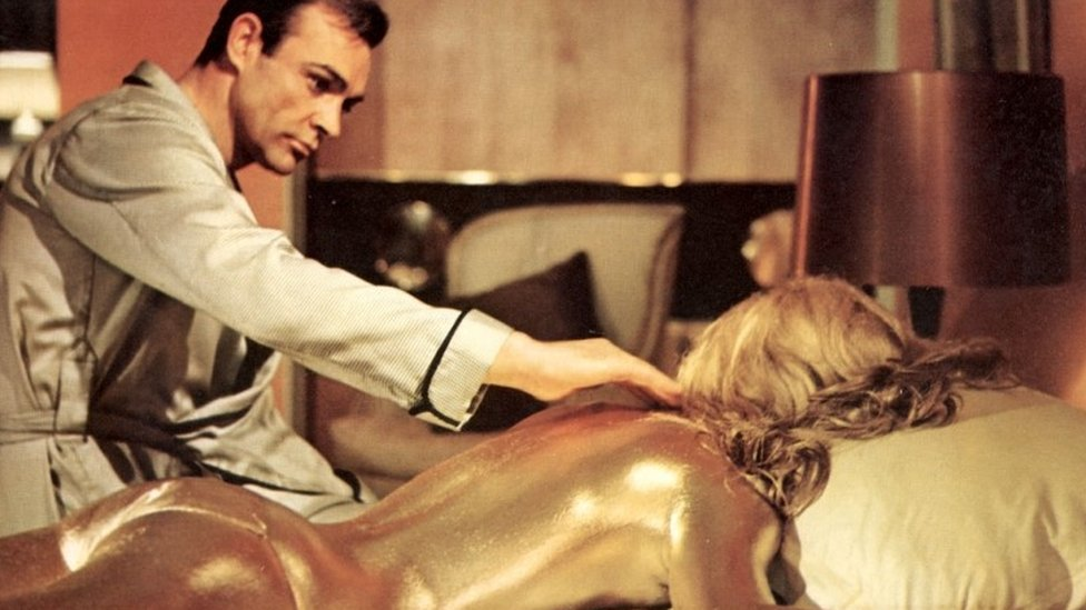 Sean Connery y Shirley Eaton en Goldfinger