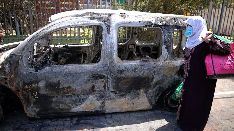 سيارة محترقة بعد مواجهات عنيفة في مدينة اللد في إسرائيل بين متظاهرين من فلسطيني 48 إسرائيل والشرطة.