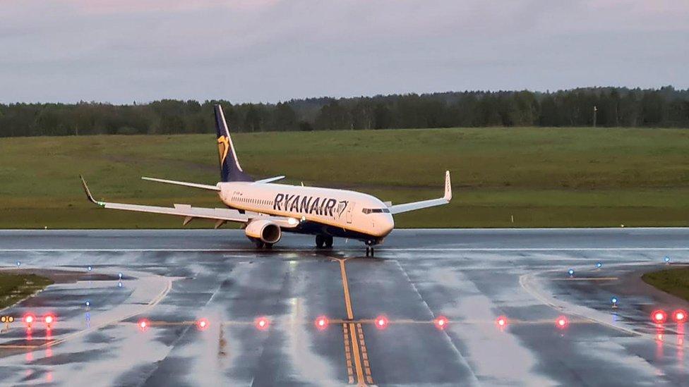 El vuelo de Ryanair aterriza en Vilnius, Lituania, su destino inicial, más de siete horas después.