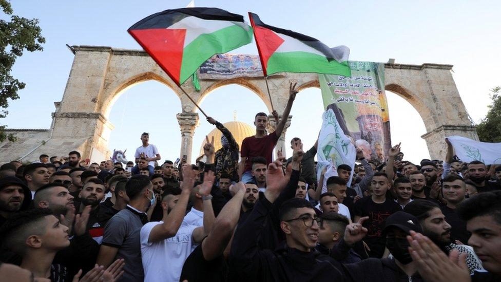 متظاهرون يلوحون بالعلم الفلسطيني
