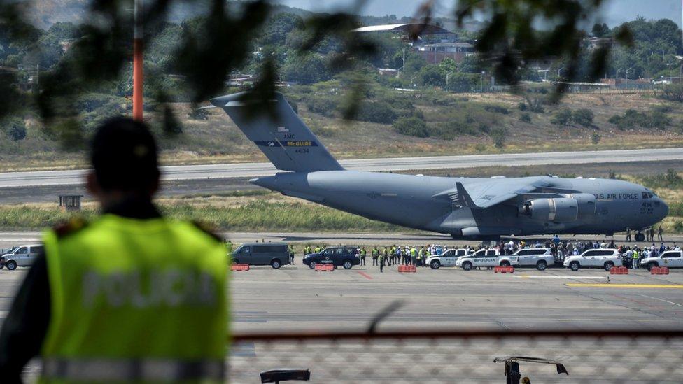 Aviones estadounidenses con ayuda humanitaria en un aeropuerto de Colombia.