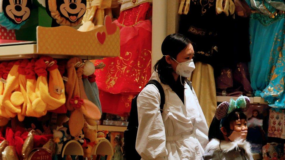許多香港市民外出時都戴上口罩,以防萬一,但香港政府卻被指無法穩定滿足需求。