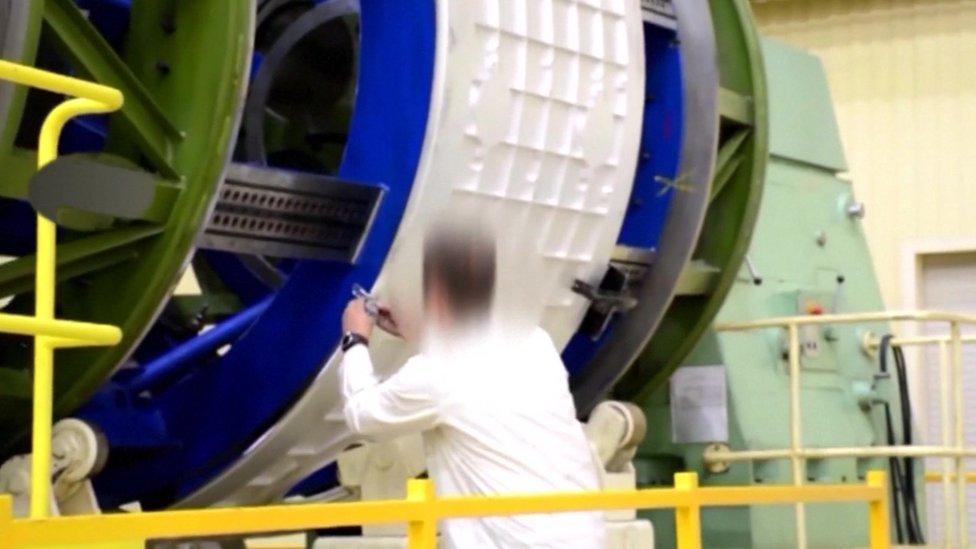 يظلل الفيديو الذي بثته وزارة الدفاع الروسية وجوه المهندسين العاملين المشروع