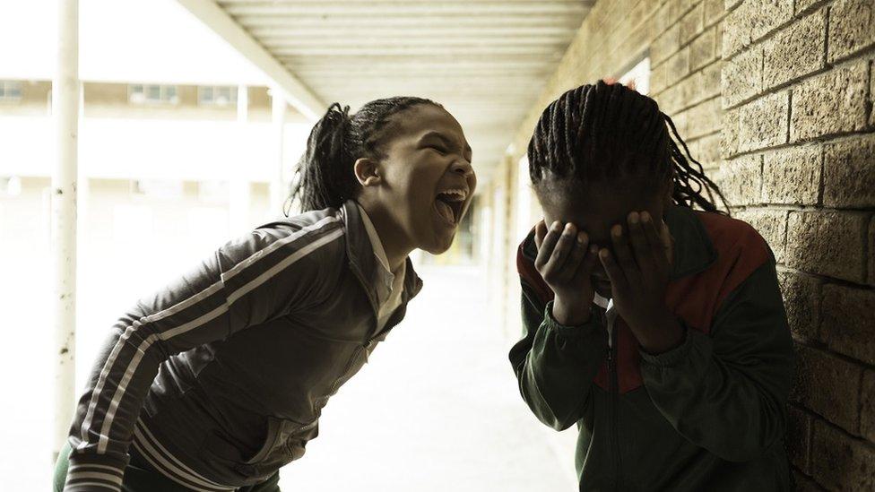طفلتان تصرخ إحداهما على الأخرى