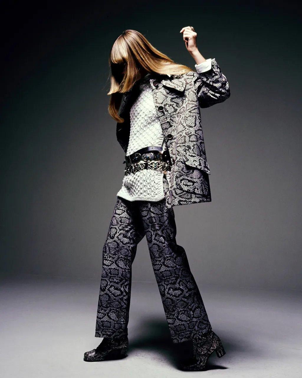 عكس موضة الستينات، كانت أزياء السبعينات مريحة والشعر طويل مسدل