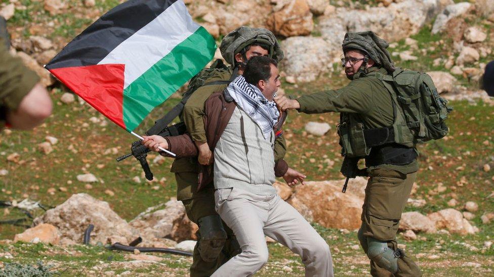 Un manifestante palestino es detenido por soldados israelíes durante una protesta cerca de la aldea cisjordana de Tubas, en enero de 2020.