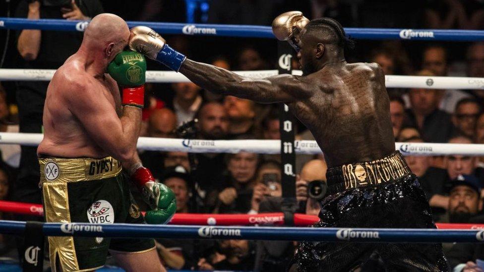 Tyson Fury y Deontay Wilder en plena pelea.