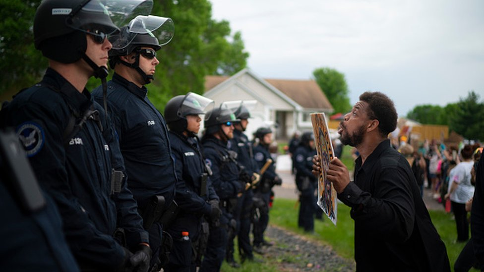 Chauvin'in Oakland'deki evinin önünde protesto gösterisi düzenlendi