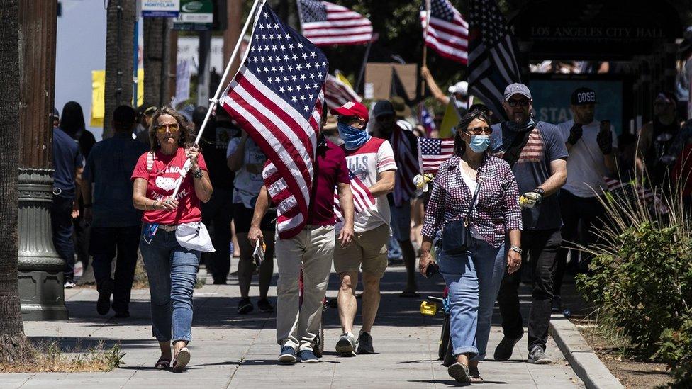 Protesta en Los Ángeles contra la cuarentena