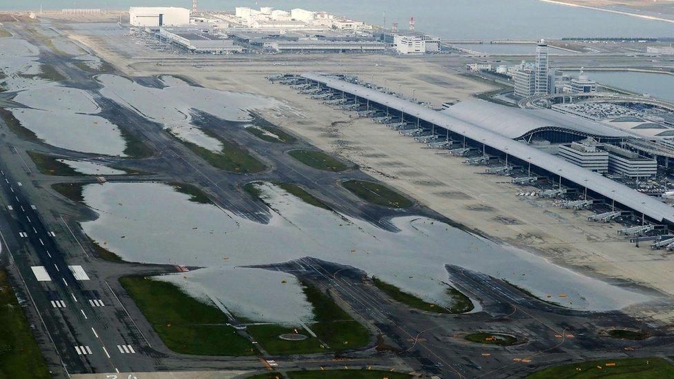 Piste na aerodromu Kansai su poplavljene