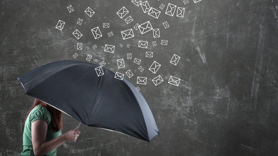 Una forma de protegerte de la lluvia de spam es crear un email temporal.