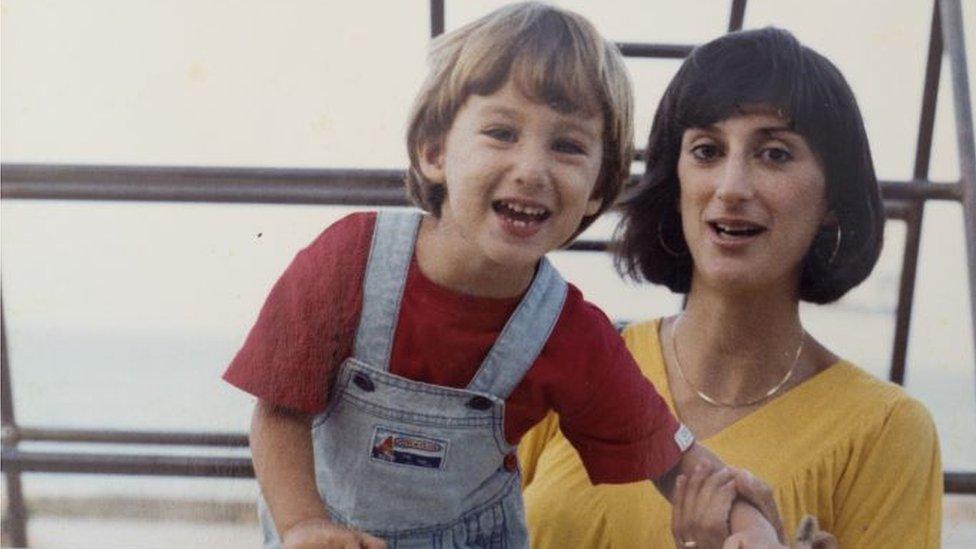Metju kao dete sa majkom Dafne