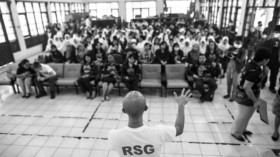 Jonathan How speaks at a school in Kalimantan