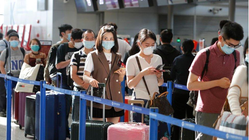 Pasajeros hacen fila en un aeropuerto en China