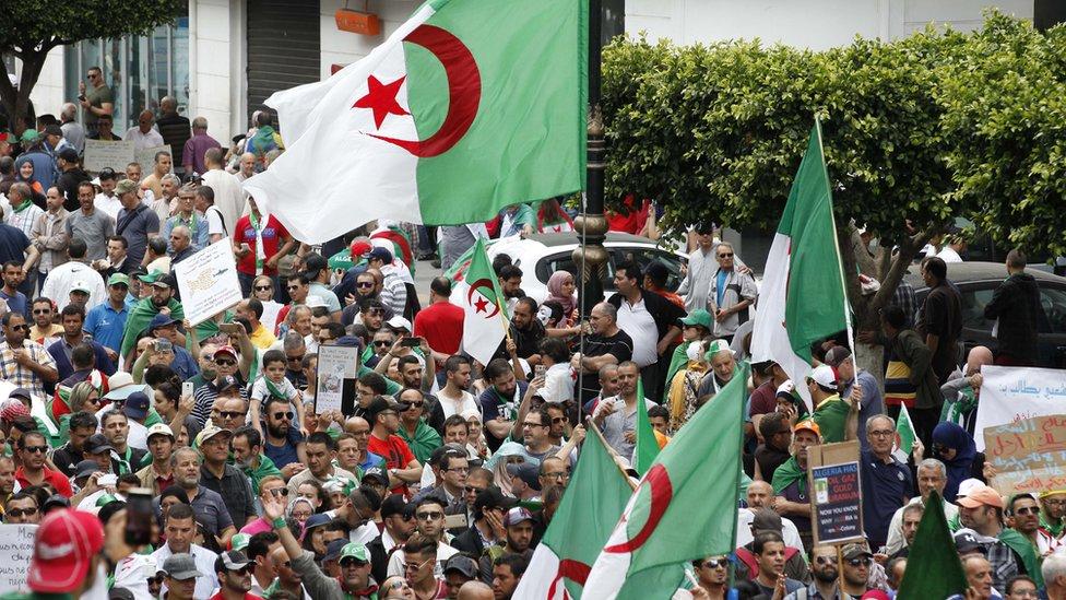 المحتجون طالبوا برحيل جميع رموز النظام