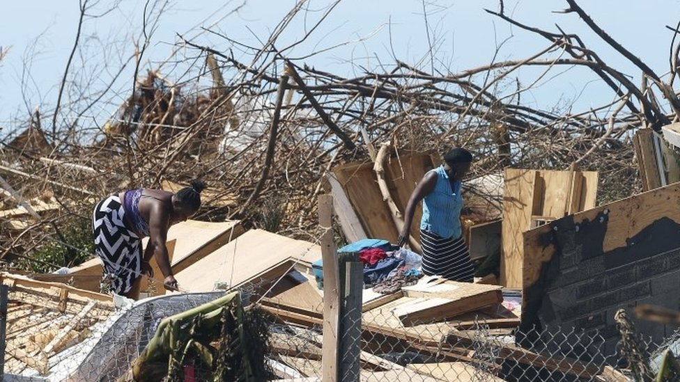 Personas buscan entre escombros en Gran Ábaco