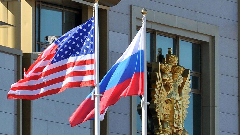 Banderas de Estados Unidos y de Rusia.