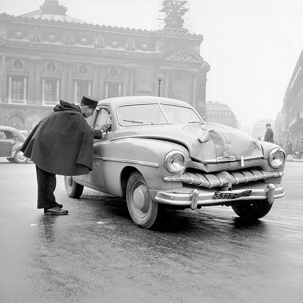 1950年代巴黎歌劇院前車禍現場警察與司機交談