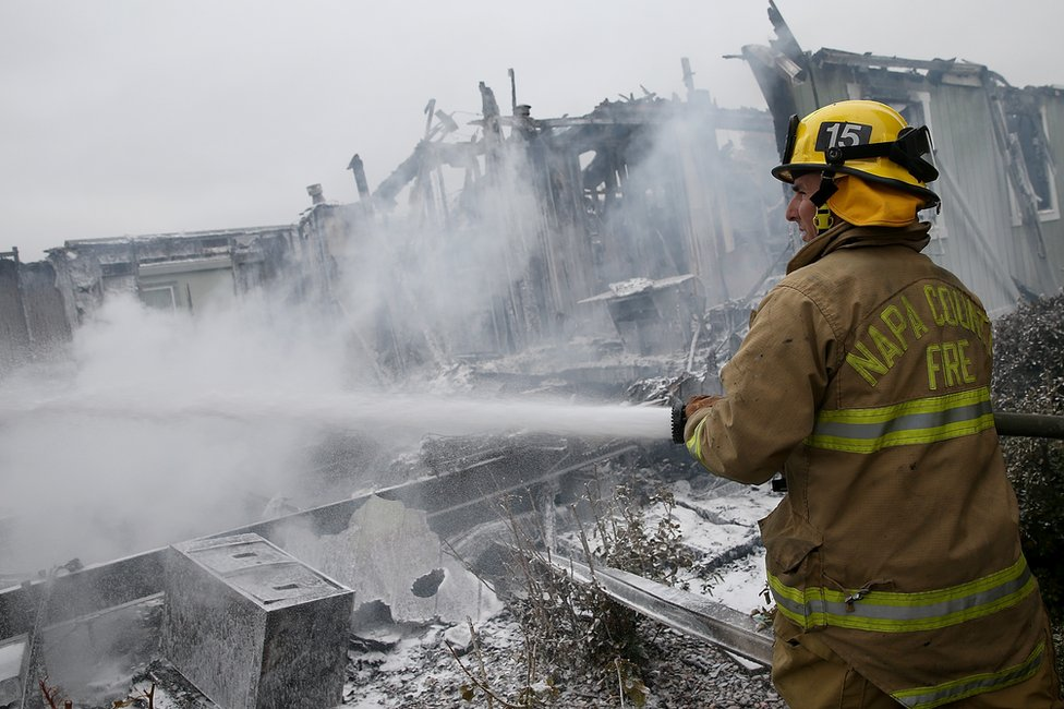 Bombero en un edificio colapsado