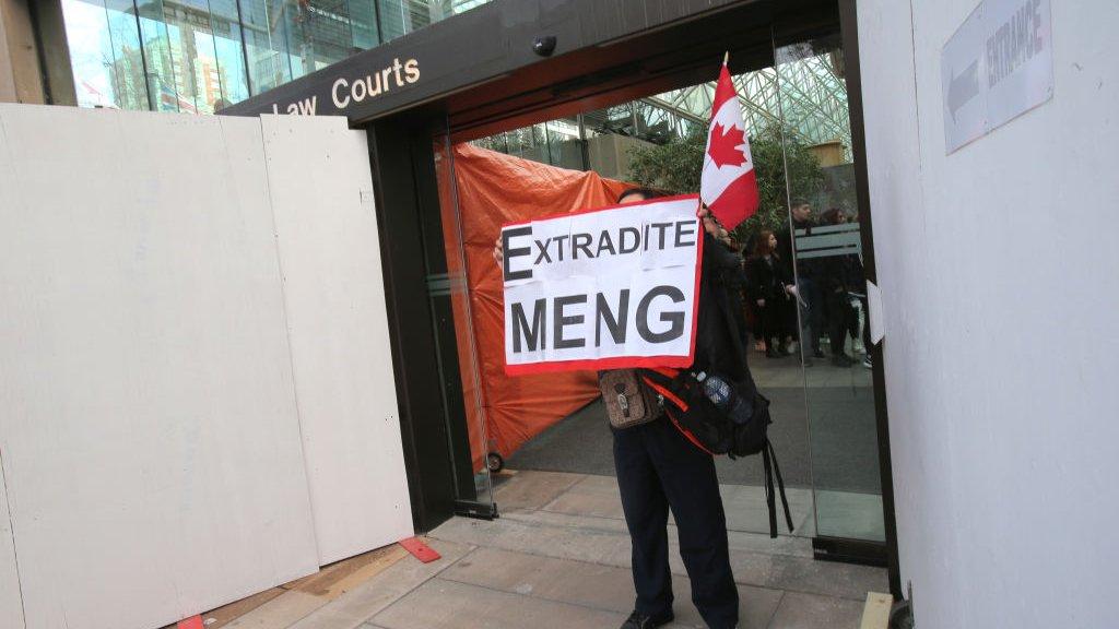 احتجاجات ماكس وانغ، خارج المحكمة حيث ظهرت المديرة المالية لشركة هواوي، منغ وانزو، في المحكمة العليا في كولومبيا البريطانية في 6 مارس/آذار 2019 في فانكوفر، كندا