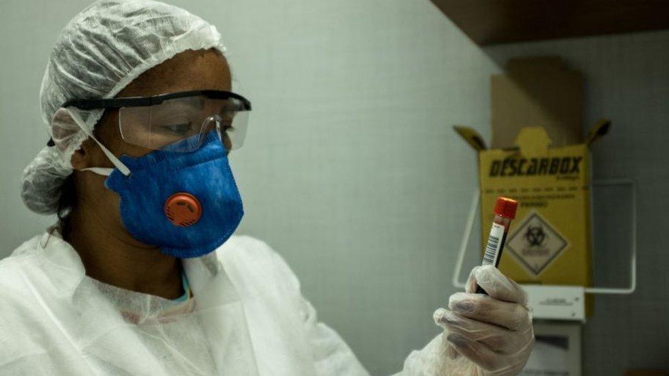 Una mujer sanitaria con un tubo de ensayo