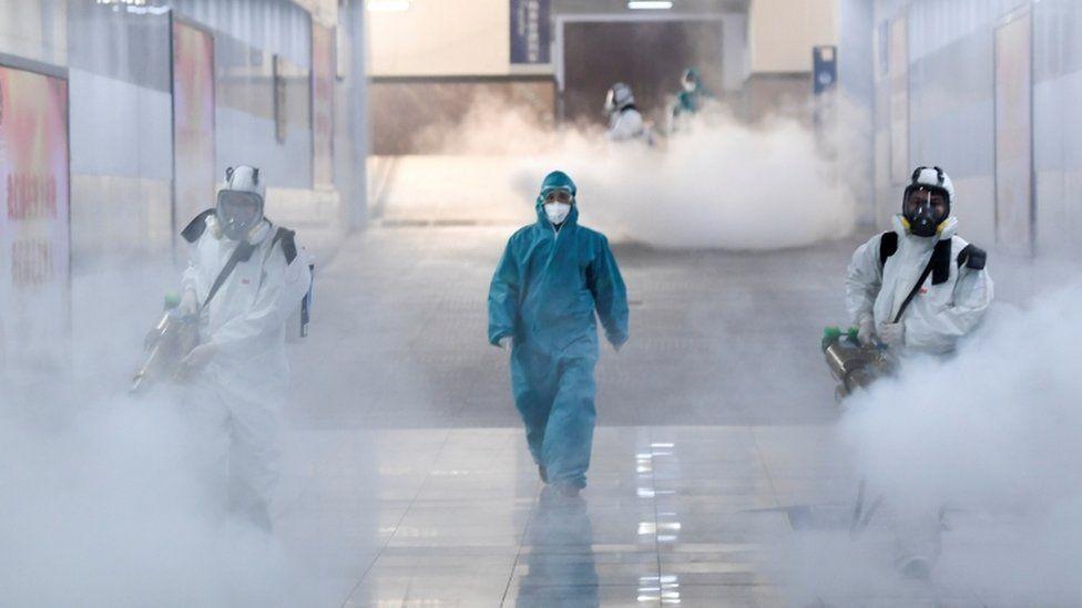 Voluntarios desinfectan un espacio público