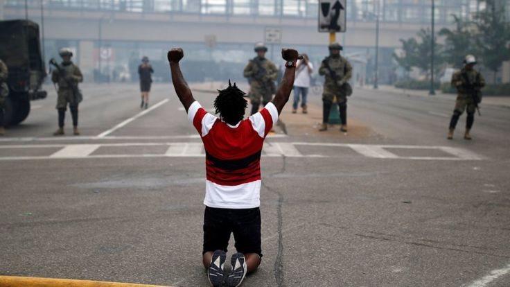 La falta de acción inmediata sobre los agentes que retuvieron a George Floyd atizó las protestas en Mnneapolis y otros lugares de EE.UU.
