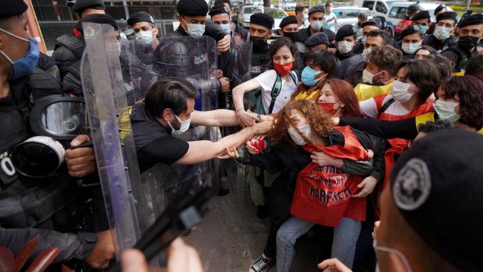 ضباط شرطة مكافحة الشغب التركية يشتبكون مع المتظاهرين