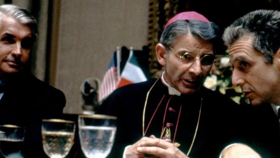 U zbunjujućem zapletu, Majkl biva upleten u zbivanja u Vatikanu