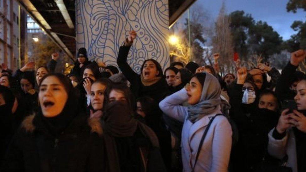 تجمع الطلاب الغاضبون خارج جامعتين على الأقل في طهران، من أجل تأبين ضحايا الطائرة وتكريمهم، لكن الموقف تغير في المساء حيث تحولت التجمعات إلى احتجاجات.