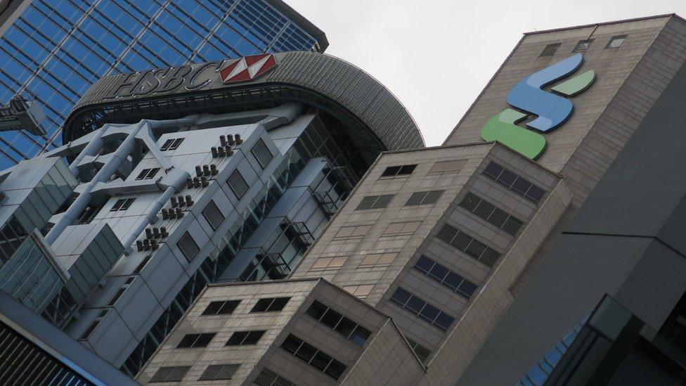 匯豐銀行香港總行大樓(左)與香港渣打銀行大廈(右)(資料圖片)