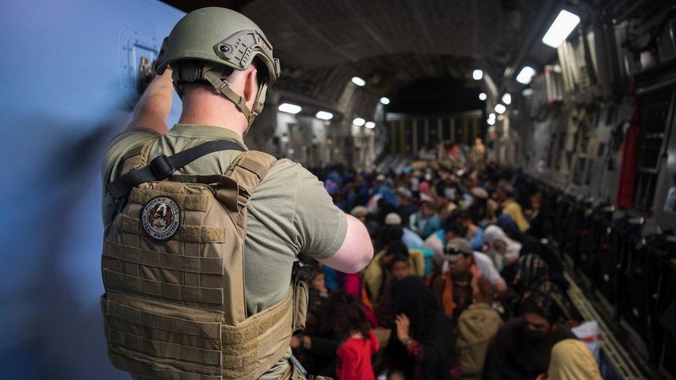 Un avión estadounidense evacuando afganos