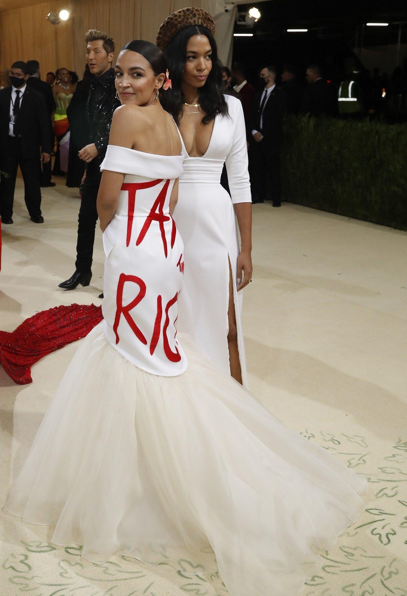 Alexandria Ocasio-Cortez, zenginlerin vergilendirilmesini isteyen kostümüyle gecenin yıldızlarındandı.