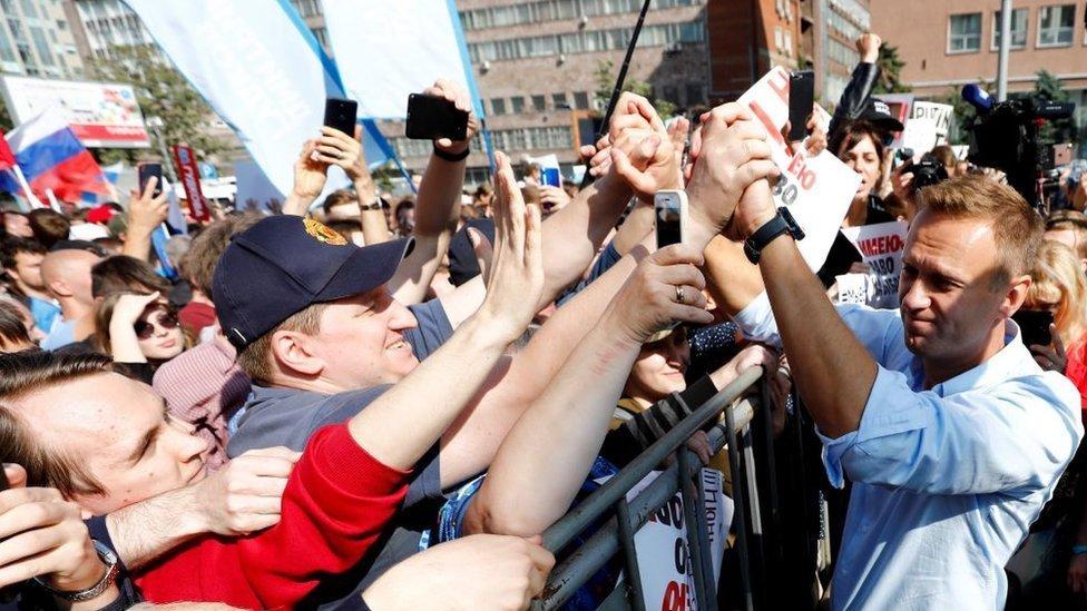 Navalny, rodeado de simpatizantes.