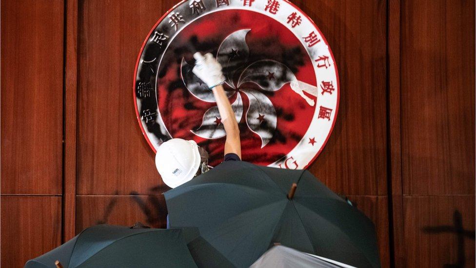 香港示威者闖入立法會,塗污區徽。