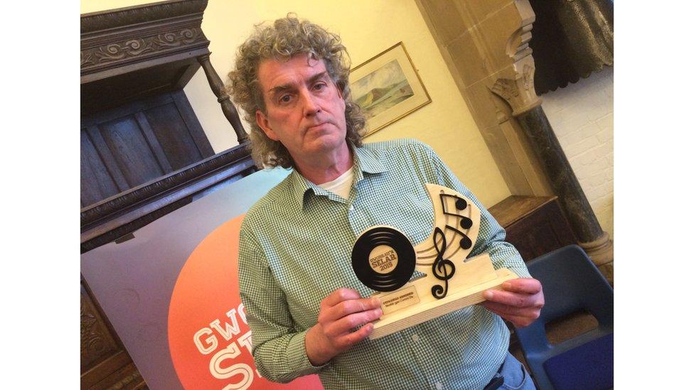 David R Edwards lleisydd Datblygu - enillwyr cyntaf gwobr 'Cyfraniad Arbennig' Gwobrau'r Selar.