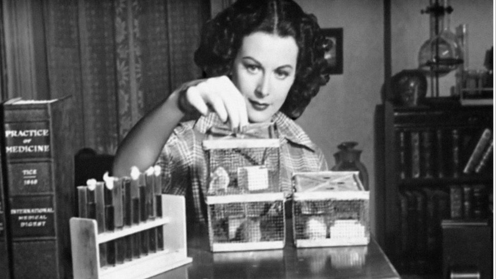Hedy Lamarr en un experimento