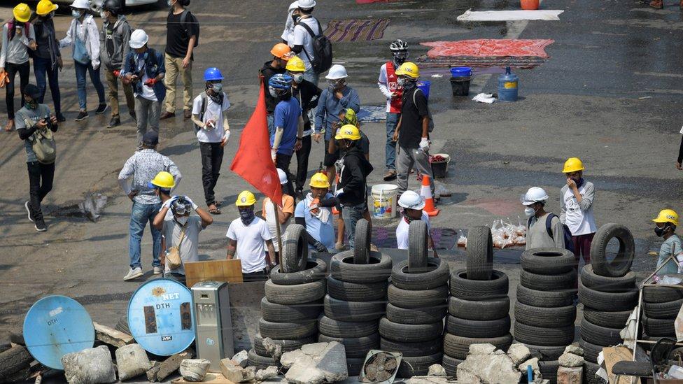 在緬甸多個城市,示威者在街頭築起了路障。