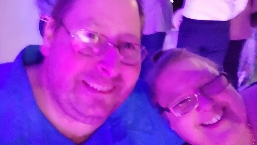 Brajan i njegova žena na žurki pre pandemije