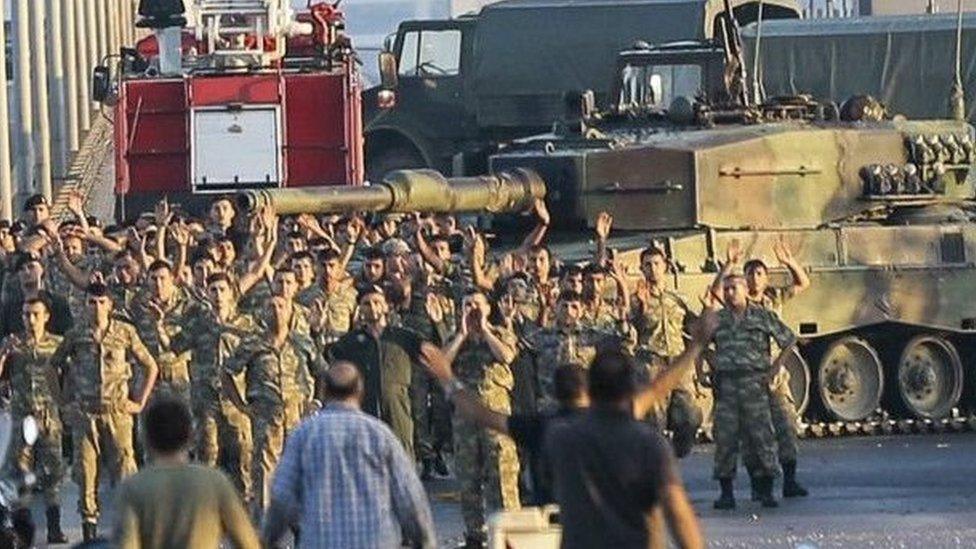 استسلم عدد من الجنود الانقلابيين